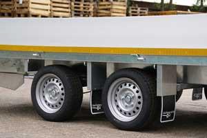 63 cm laadvloerhoogte  Eduard tandemasser plateauwagens worden in de meeste gevallen geleverd met een laadvloer van 63 cm hoog. Het grote voordeel van deze hoogte is dat het zwaartepunt nog steeds relatief laag ligt ten opzichte van de 72 cm variant maar aanhangers met een laadvloerhoogte van 63 cm worden standaard geleverd met 13 inch wielen. Dit maakt de wegligging van deze trailers aanzienlijk aangenamer dan die met 10 inch wielen.