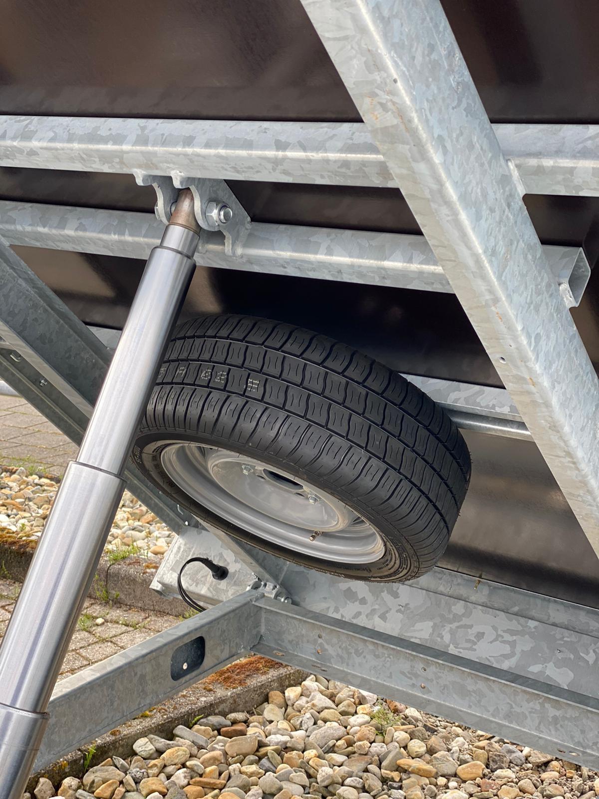reservewiel op chassis aanhanger